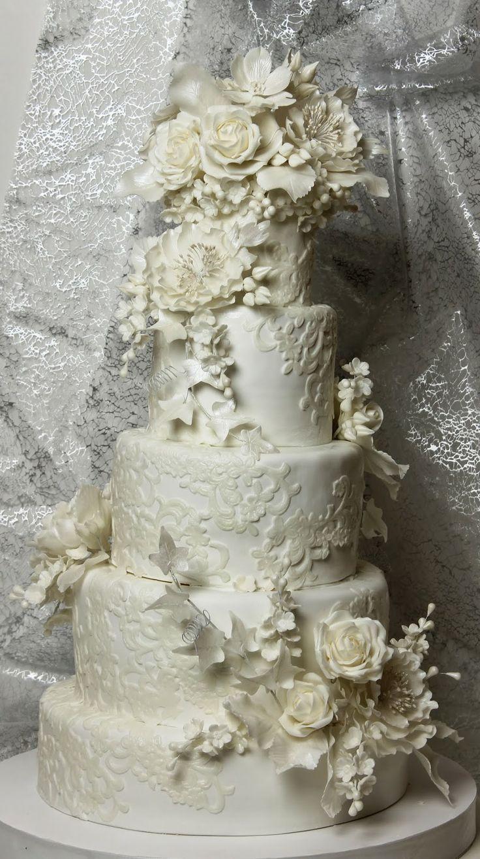 Tort de nunta alb cu flori albe si dantela