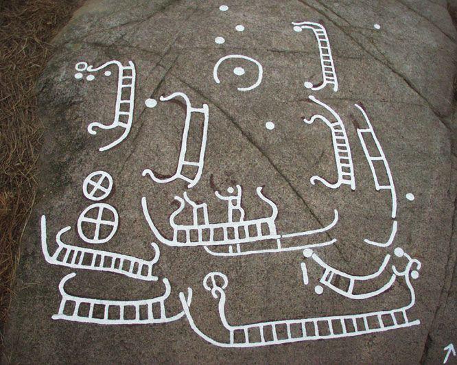 Blåholtsristningen ca 3 km vest for Allinge.  På ristningen findes 8 tydelige og 3-4 utydelige eller usikre skibe. 2 hjulkors og to andre cirkeltegn samt op mod 20 skåltegn. På et skib i midten af gruppen ses nogle forvitrede figurer, der tolkes som to stående mennesker. Detaljerne på disse menneskefigurer er desværre højst usikre.   På skibets venste stævn ses en champignonformet figur. http://www.bornholmsmuseer.dk/helleristninger/lokaliteter/Blaaholtopt/blaaholt1.html