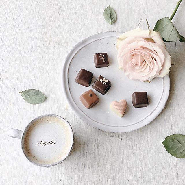Cacao tasting♥︎ * 寝起き・食後のチョコ生活。 * * JEAN-MICHEL MORTREAU 数年前にビダー好き友(yokoちゃん)から教えてもらったジャン=ミッシェル・モルトローのチョコ♥︎それからずっとお気に入りです。たくさん種類を食べたいので、いつも一粒を半分にカットして食べてます。 * 今回はドミニカ共和国産、タンザニア産、ペルー産のカカオ豆を使用した物をチョイス。中のガナッシュもさすがの組合せです♪ * 他にもハイチ産、エクアドル産、マダガスカル産もプラスされている「ヴォヤージュ・デュ・カカオ・ピオ」これはカカオテイスティングを楽しむには最高な一品です‼︎(^^)♥︎ * * * #アシュカの花あそび
