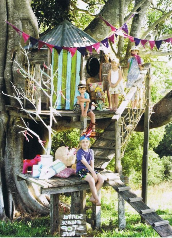 baumhaus-hoch-bauen-kinder-spielen- mitten im wald - Baumhaus bauen – schaffen Sie einen Ort zum Spielen für Ihre Kinder!