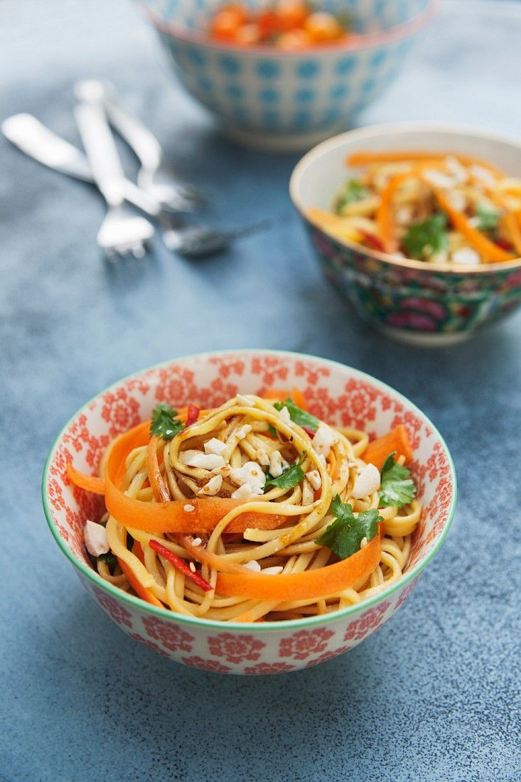 Asiatischer Nudelsalat mit Möhren, Koriander und Erdnüssen | http://eatsmarter.de/rezepte/asiatischer-nudelsalat-mit-moehren-koriander-und-erdnuessen