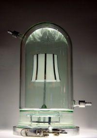 27-09 De levende lamp bestaat gedeeltelijk uit levend organisch materiaal: Chinese hamstereicellen die genetisch zijn gemodificeerd met het lichtgevende gen van een vuurvliegje. Ze vermeerderen zich op de polymeer filmpjes die het lampenkapje vormen: onder een glazen stolp, met de juiste voeding, en bij een temperatuur van 37 graden. Voeg de stof luciferine toe, en er ontstaat licht. 'Het is de eerste stap naar een biologisch volledig afbreekbare lamp.' aldus Joris Laarman
