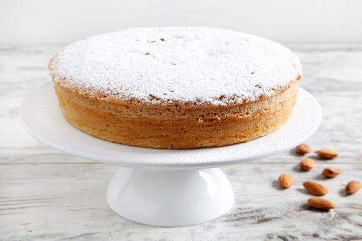 Una torta facile e veloce per colazione. La torta di mandorle si prepara in  20 minuti. Un altro modo per mangiare le mandorle, ricche di proprietà nutrizionali benefiche