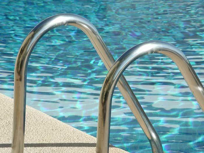 Blaues Wasser Und Eine Glänzende Edelstahlleiter Laden Zum Schwimmen Und  Baden Ein Http://