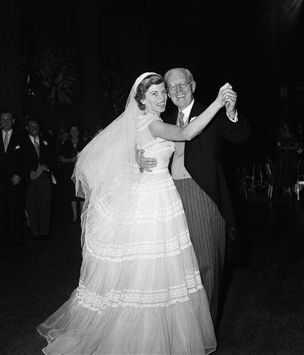 Mrs. Robert Sargent Shriver, ex Eunice Kennedy María, izquierda, y su padre, el ex embajador.  Joseph P. Kennedy, están bailando en una recepción después de su matrimonio con Robert Sargent Shriver Jr. de Chicago, el 23 de mayo de 1953 en Nueva York.  La recepción, en el Waldorf-Astoria Hotel, siguió la ceremonia de matrimonio en la Catedral de San Patricio  's.