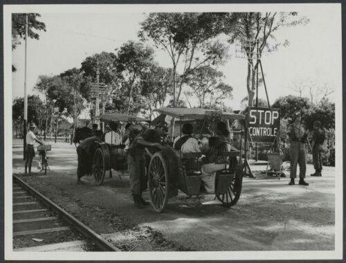 Nederlandse militairen controlpost in Malang, Java 1947. Dokars worden gecongroleerd.