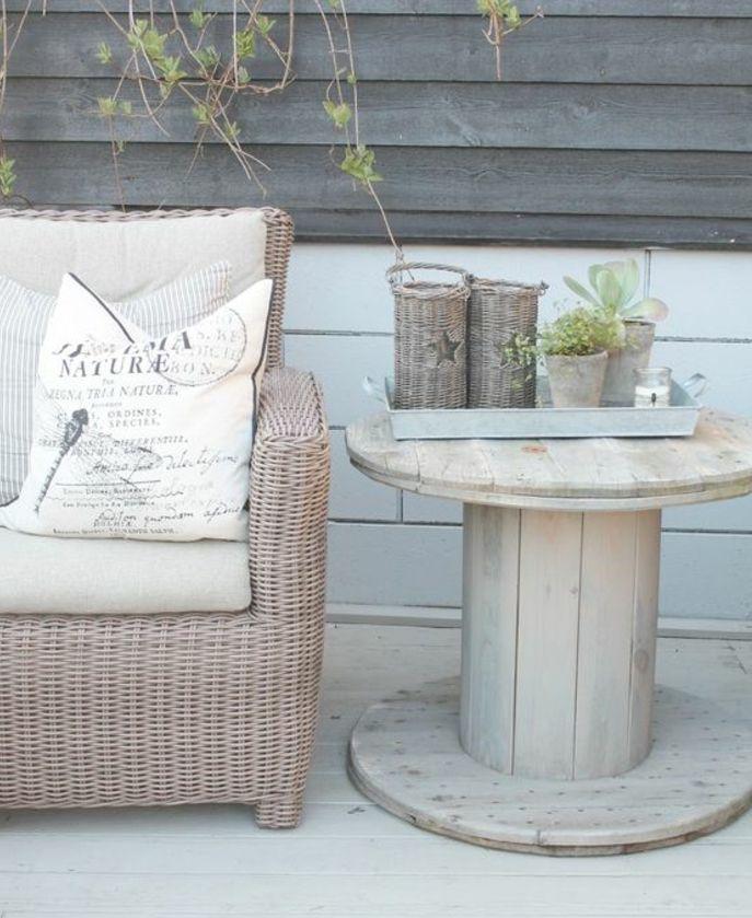une-table-d-appoint-touret-bois-projet-de-bricolage-facile-surface-polie-canapé-en-rotin-plateau-de-service-vintage-avec-des-bougeoirs-en-rotin-et-pots-de-fleur