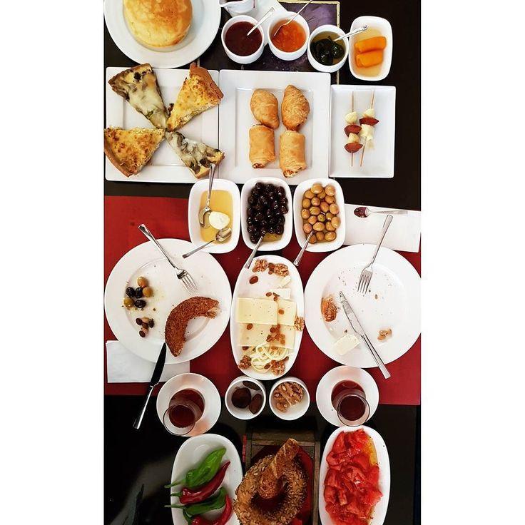 Artık eminim. Ankara'nın en butik en ev işi kahvaltısı Çayyolu Koru mahallesinde bulunan @qrabiye_boutique_patisserie 'de. Özenle seçilmiş peynir zeytin balın yanında ev yapımı reçeller börekler kişler pancake ve vişne sosu(ki puffff!! ne sos ama bunu kaydedin sadece pancake ve vişne sos için bile gelinir) ve simitler( hele o ayçiçekli olanı)... Katkı tatlandırıcı kıvam verici koruyucu vs hazır hiçbir malzeme konmadan yapılmış ürünler.  4 kadının elinden çıkmış.  Zaten bu kadar lezzet için…