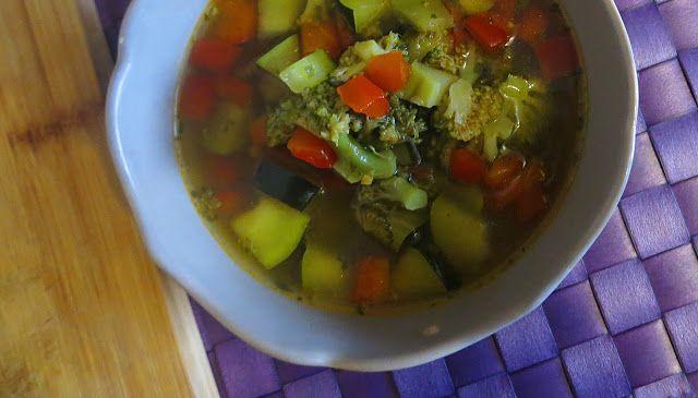 Składniki:   1/3 brokuła  1 czerwona papryka  1 1/2 cukinii  4 ziemniaki  2,5 l bulionu drobiowego ( przepis tutaj )  papryka słodka mi...