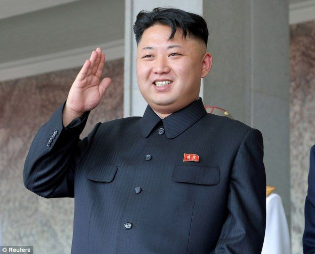Men kan zich afvragen of de Noord-Koreaanse heersende elite zelf beseffen welk mal figuur ze slaan in de rest van de wereld? Na oervervelende en absurde politieke retoriek komt men in dit Stalinistische land weer met een wet die zo belachelijk is dat het bijna ongelooflijk is. De mystificatie van de grote politieke leider: Kim …