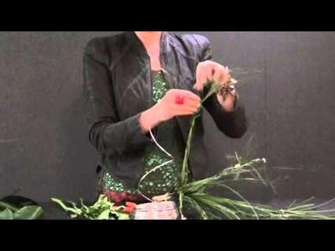 Bloemschikken technieken: Boeket met vlechten, bloemen en blad - YouTube