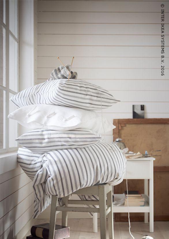 Makkelijk te schikken onderdelen voor een traditionele en klassieke stijl van 100% katoen. Dekbedovertrek HÖSTÖGA #IKEABE