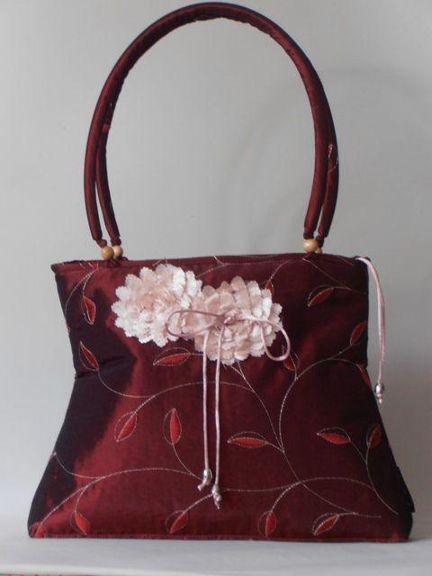 Bordó, hímzett taft táska, applikált virág motívummal