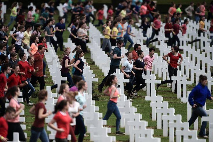 Le 29 mai 2016, à l'ossuaire de Douaumont, 3.400 jeunes Français et Allemands participent à une mise en scène commémorative à l'occasion du centenaire de la bataille de Verdun.