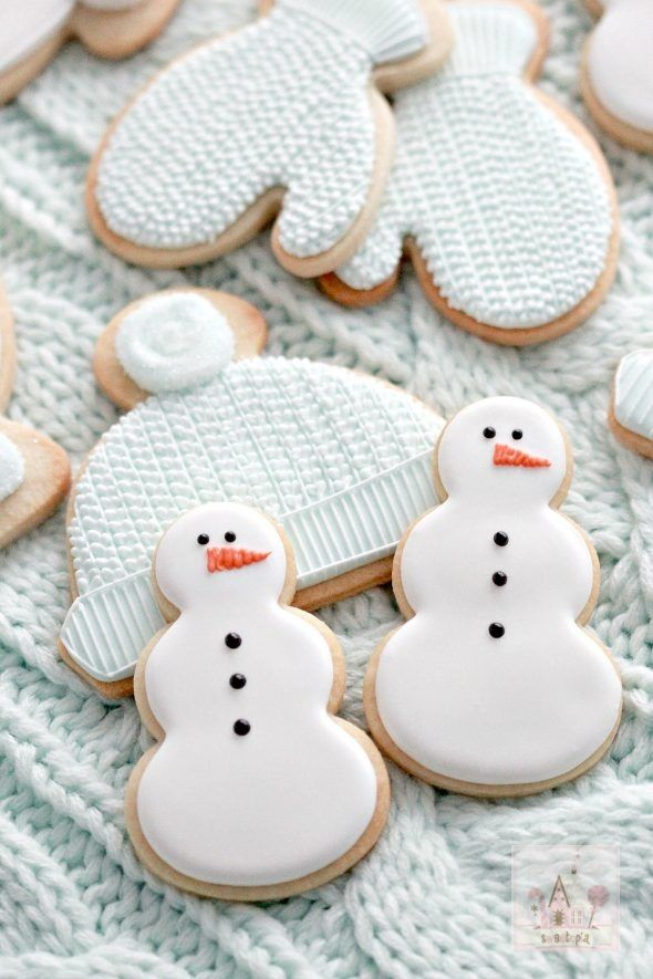 (Video) How to Pipe Royal Icing Cable Knit Mitten Cookies | Sweetopia