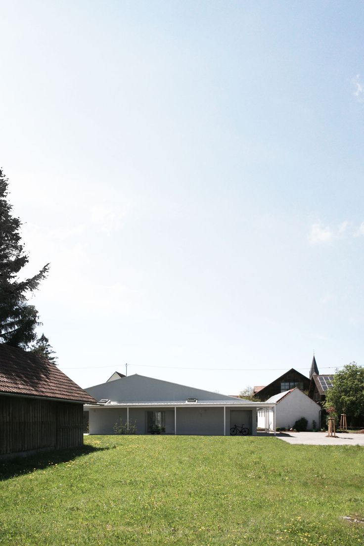 An extremely narrow, long site amidst the farmhouses of an old bavarian village: a challenge to organize a barrierfree, compact, and energy efficient house, that blends well into its rural neighbourhood.