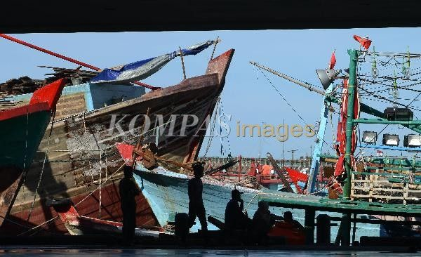 Buruh nelayan di tepi dermaga menunggu kapal berangkat melaut di Pelabuhan Perikanan Samudera Nizam Zachman, Jakarta Utara, Minggu (6/4/2014). Tanggal 6 April yang ditetapkan sebagai Hari Nelayan Indonesia kurang terasa gaungnya, seperti nasib para nelayan. Data Badan Pusat Statistik per September 2013 mencatat jumlah penduduk miskin di Indonesia 28,55 juta jiwa yang sekitar seperempatnya merupakan keluarga nelayan