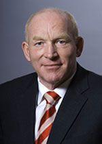 Dr. Martin Viessmann, geboren am 10.10.1953, absolvierte 1979 sein Studium der Betriebswirtschaftslehre an der Universität Erlangen-Nürnberg. Im gleichen Jahr trat er in das Familienunternehmen Viessmann Werke ein. Seit 1989 leitet er in dritter Generation als geschäftsführender Gesellschafter die Viessmann Unternehmensgruppe, einer der international führenden Hersteller von Systemen der Heiz- und Klimatechnik.