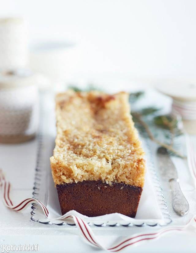 Kookostoscakakku on mainio tuliainen tai tuote myyjäisiin, sillä sen voi leipoa edellisenä iltana ja se on helppo pakata ja kuljettaa. Kakun voi valmistaa kakku- tai leipävuoassa. Coconut tosca cake. Kuva/pic Riikka Kantinkoski #christmascakes #cakesforchristmas
