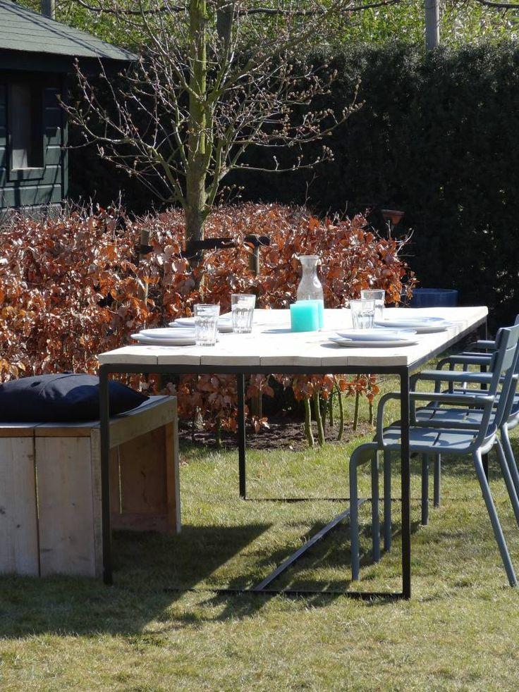 Gartentisch aus Bauholz mit Untergestell aus Stahl