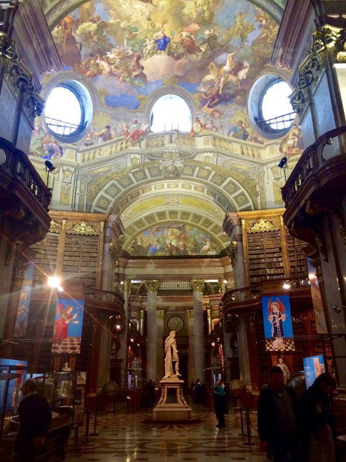 まるで3Dのフレスコ画!ウィーン王宮「オーストリア国立図書館(プルンクザール)」   オーストリア   トラベルjp<たびねす>