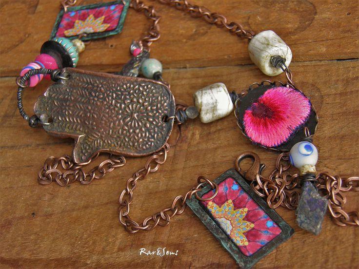 Collier bohème,nomade,pendentif main de Fatima en cuivre,style rustique,collier hippie,collier bohémien,look ethnique,inspiration tribale,turquoise,mauve,rose,vert de gris : Collier par rare-et-sens