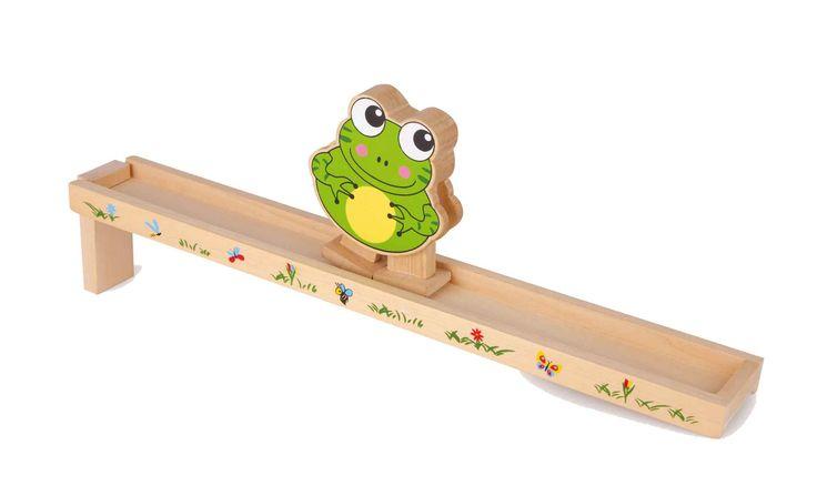 Op het met kleine zomergasten versierde, scheve vlak geplaatst loopt de kikker ratelend naar beneden!