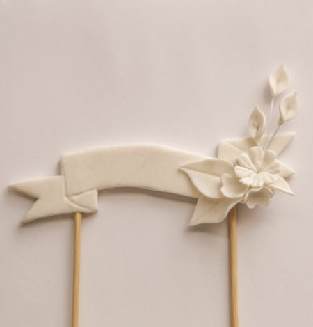 Learn to make your own fondant floral banner to use as a cake topper. Perfect for wedding cakes, baby shower cakes, and anything with a sweet floral theme! Our tutorial shows you how to use a watercolour effect, but once you've learnt this technique you could easily recreate with pre-coloured fondant for more modern or even chalkboard like effects!