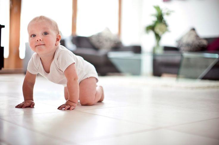 Baby on a perfectly clean floor. Kliknij www.kochamdom.pl
