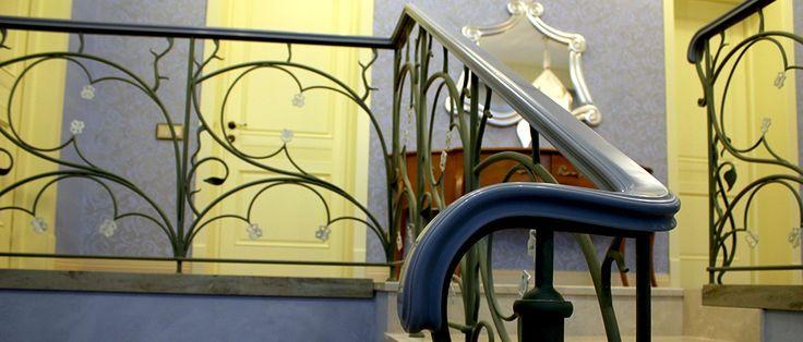 Дизайн лестницы в доме может быть самым разнообразным. Кованные изделия и перила лестницы из искусственного камня изумительны.