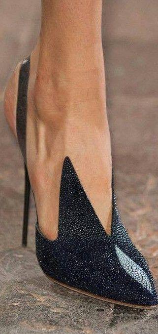 """""""É totalmente impossível estar bem-vestida com sapatos de má qualidade"""" – Hardy Amies"""