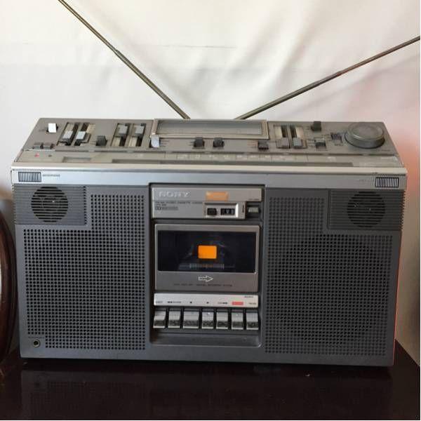ソニー ラジカセ CFS-686ラジオ受信しました。カセットテープはテストしていません。巻き戻しは作動しました。早送りは遅いようです。右手のアンテナが抜けます。 ボリュームやトーン、ドルビーなどは問題ないようです。上記をご理解の上、入札ください。