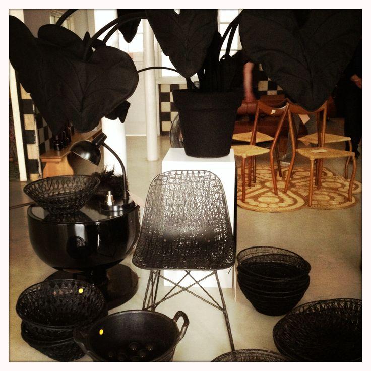 in het midden een Carbon Chair van Bertjan Pot, links een tafel van Jaime Hayon, daarboven een vilten Strelitzia XL van Wandschappen.