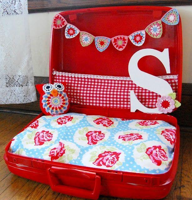 15 viejas maletas que podrás reciclar como cama para perro | Cuidar de tu perro es facilisimo.com