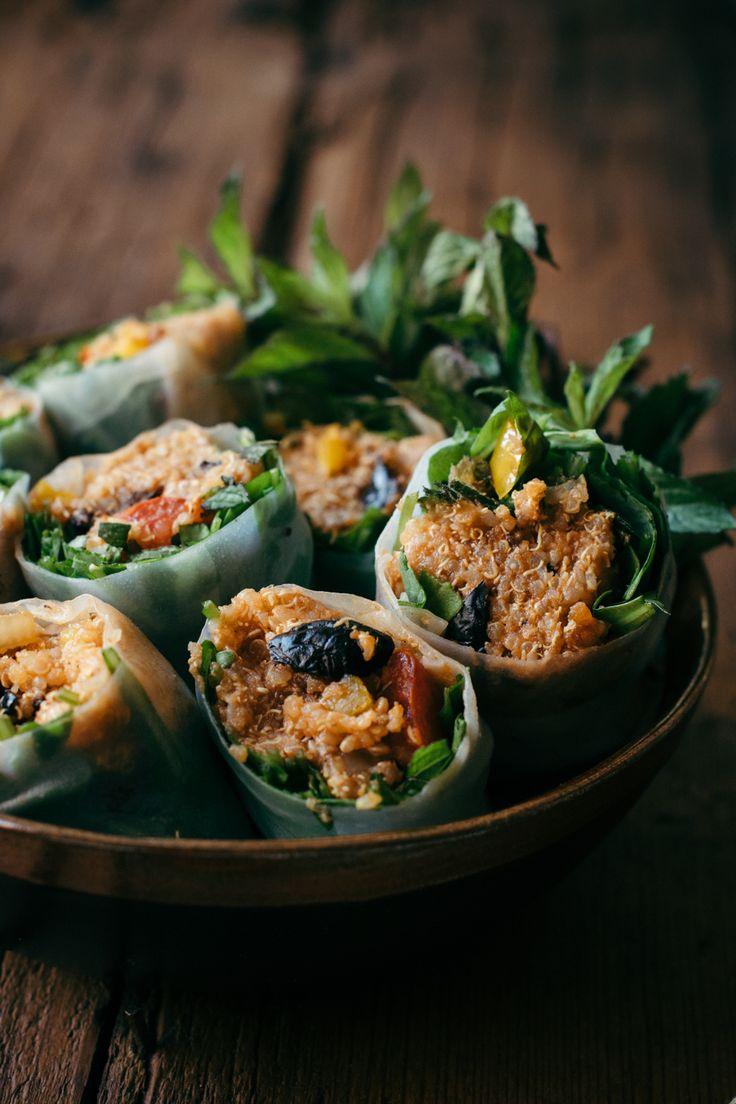 Spring rolls de quinoa façon méditerranéenne | Ces spring rolls sont garnis de taboulé de quinoa à la tomate, oignon, poivron, olives, de roquette et menthe fraîches et dattes | In the mood for food