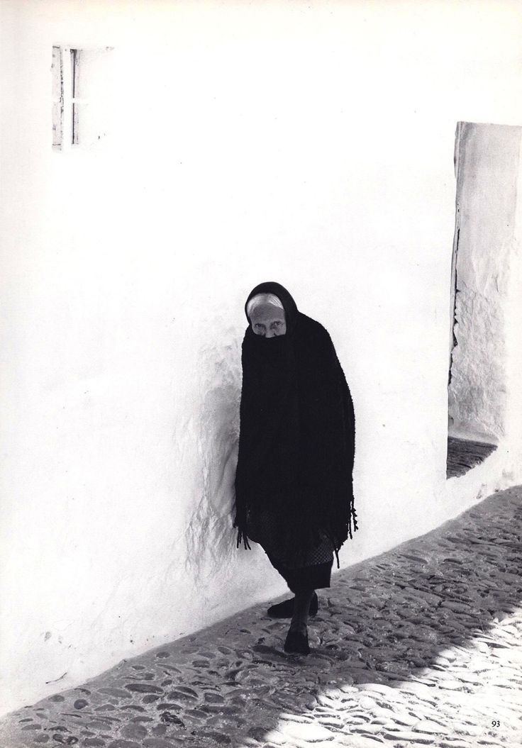 Old woman in Arcos de la Frontera, Andalusia - by Fulvio Roiter (1926), French