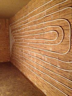Traditioner Lehmrestauration für Innenwände und Decken inkl. Energetischer Sanierung : Reetputzträger und Lehmverputzung für sämtliche Innenwände und Decken. Wandheizungsbau: Verlegung von Wandheizungsschlangen. Dick-Lehmputz als Massen-Wärme-Speicher