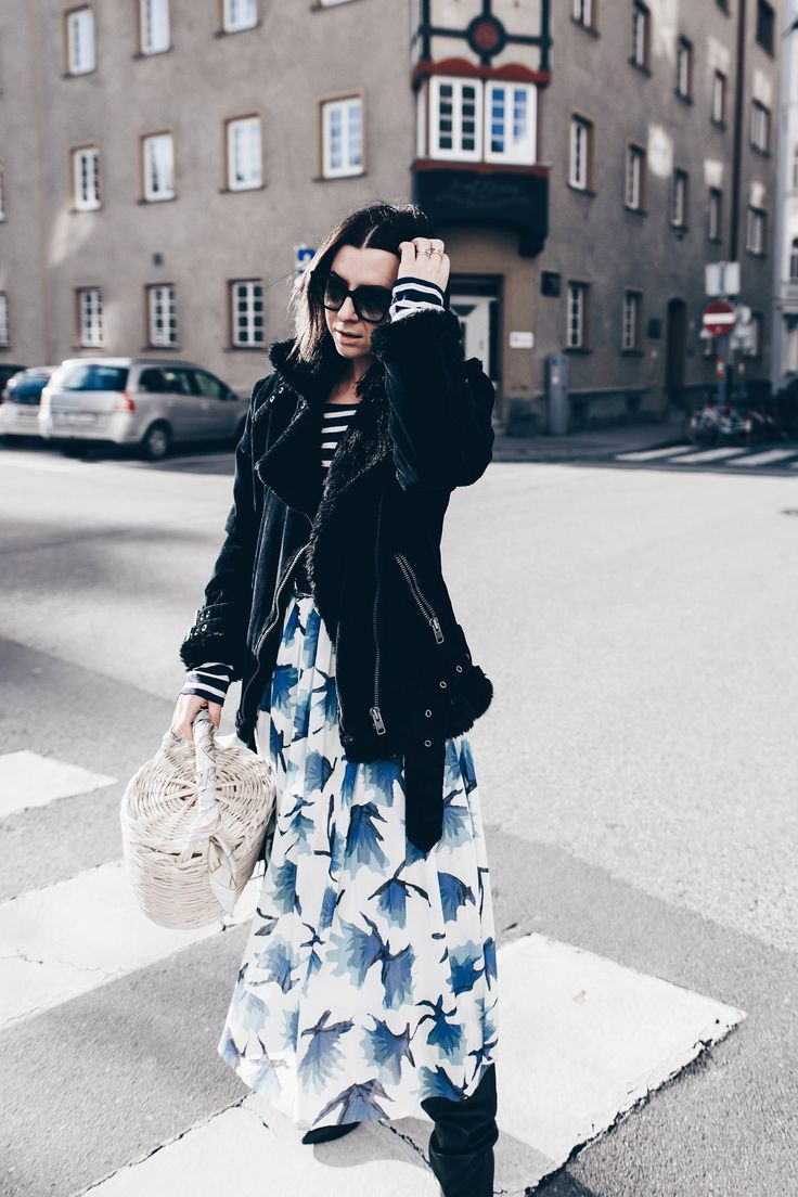 Black and white striped tee+blue floral print midi skirt+black boots+black shearling jacket+basket-bag+sunglasses. Winter Casual Outfit 2017-2018