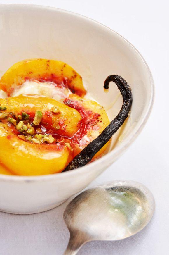 Simple comme bonjour ! Cette recette de nectarines rôties au miel est une bonne façon de profiter (plus pour très longtemps) de ce fruit avant la fin de l'été. A la douceur des nectarines tièdes enrobées de miel, les pistaches grillées apportent une pointe...