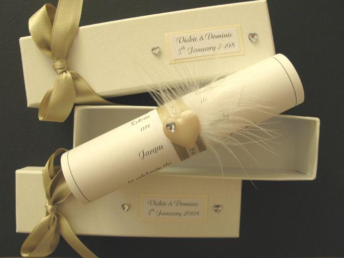 invitaciones de boda originales y elegantes con detalle en tul, plumas y brillante