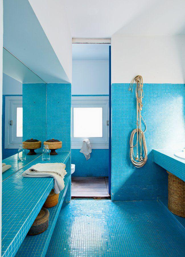 <p>Le bleu de la mer est omniprésent en été, il s'immisce aisément jusque dans la salle de bains tapissée de carreaux de pâte de verre. Une salle de bain...