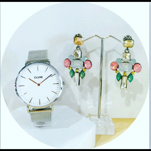 Just so pretty are these new earrings and gorgeous Cluse mesh watch #prettyearings #glamorousbling #clusewatches #silvermesh
