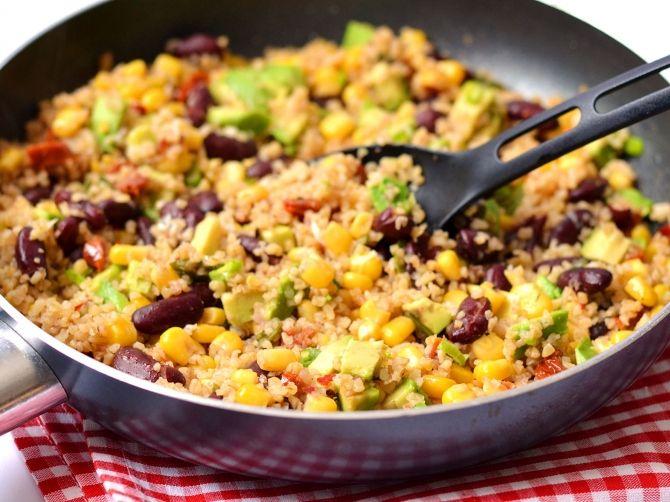 Mexikói vega bulgur recept -  Hozzávalók adagra:      2 gerezd fokhagyma     2 evőkanál olívaolaj     3 db paradicsom - aszalt     75 g bulgur (szárazon)     120 g morzsolt kukorica (konzerv, vagy friss)     120 g bab - konzerv     1 szál hagyma - újhagyma     350 ml alaplé - zöldség     só     bors - fekete (őrölt)     1 mokkáskanál chili (őrölt)     1 kávéskanál római kömény - őrölt     1 db érett avokádó