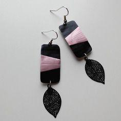 Boucles d'oreilles en capsule de café nespresso noire et rose avec une plume metal estampé noir