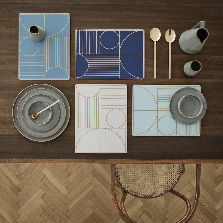 Smukke Art Deco-inspirerede dækkeservietter fra Ferm Living. Gør hverdagens borddækning mere festlig samtidig med at dine bordplader bliver forskånet!