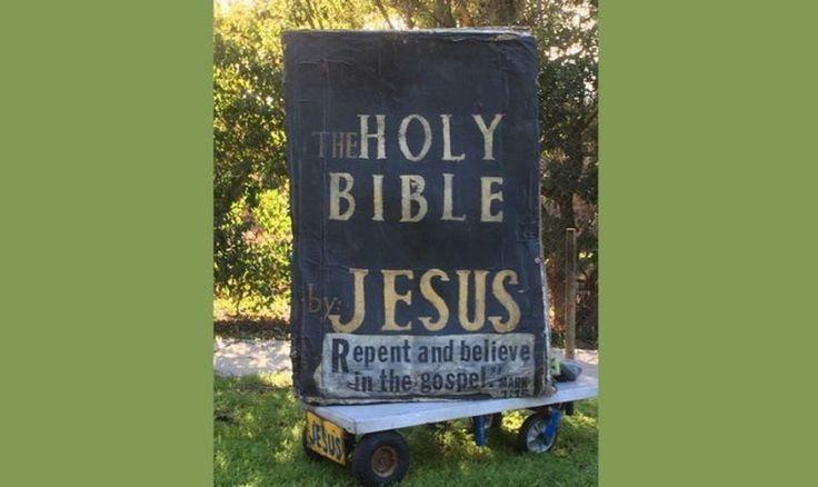 """Una 'Biblia Gigante' con el mensaje: """"Arrepiéntanse y crean en el Evangelio"""", dio la bienvenida a las celebridades cuando comenzaron a llegar a Beverly..."""