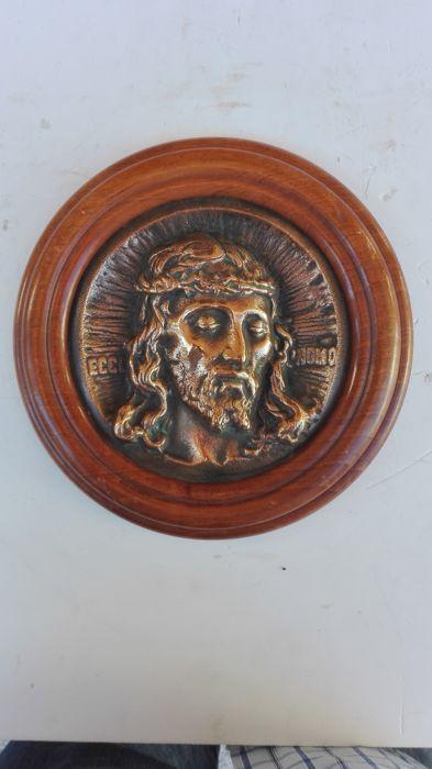 Bronzen plaquette van de Ecce Homo Italië jaren 1970  Niguarda Kruis  Het gelaat van Christus in brons met het opschrift Ecce Homo is in uitstekende staat (ik denk dat het uit de jaren 1970). Met houten frame formaat 14 cm in diameter 20.5 cm met frame met een gewicht van 1 kg. Privé herkomst Noord-Italië. De partij omvat nog een bronzen object de Niguarda Kruis van Milaan vervaardigd door S. Johnson en kleinbedrijf 6.7 (H) x 9.2 cm met fluweel case 11 x 14 cm.  EUR 1.00  Meer informatie