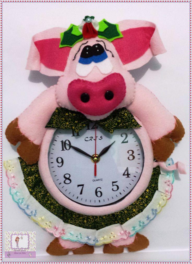 Porquinha 2 no relógio de parede https://www.facebook.com/pages/Cleidinha-Arteira-mimos-em-Feltro/618969134851630