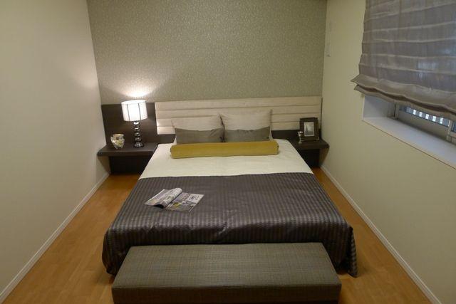 インテリアコーディネート ベッドルーム・寝室 グレイッシュブラウン系の シェードやカバーにからし色 がポイント。フットスローで ゆったりロハスな気分?