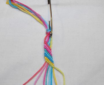 This Tutorial is wrote for total beginners, that didn't make any bracelet before. Making friendship bracelets takes a lot of patience, that's why everybody should start with striped bracelet. Read the 'Knots' tutorial before making your first bracelet.